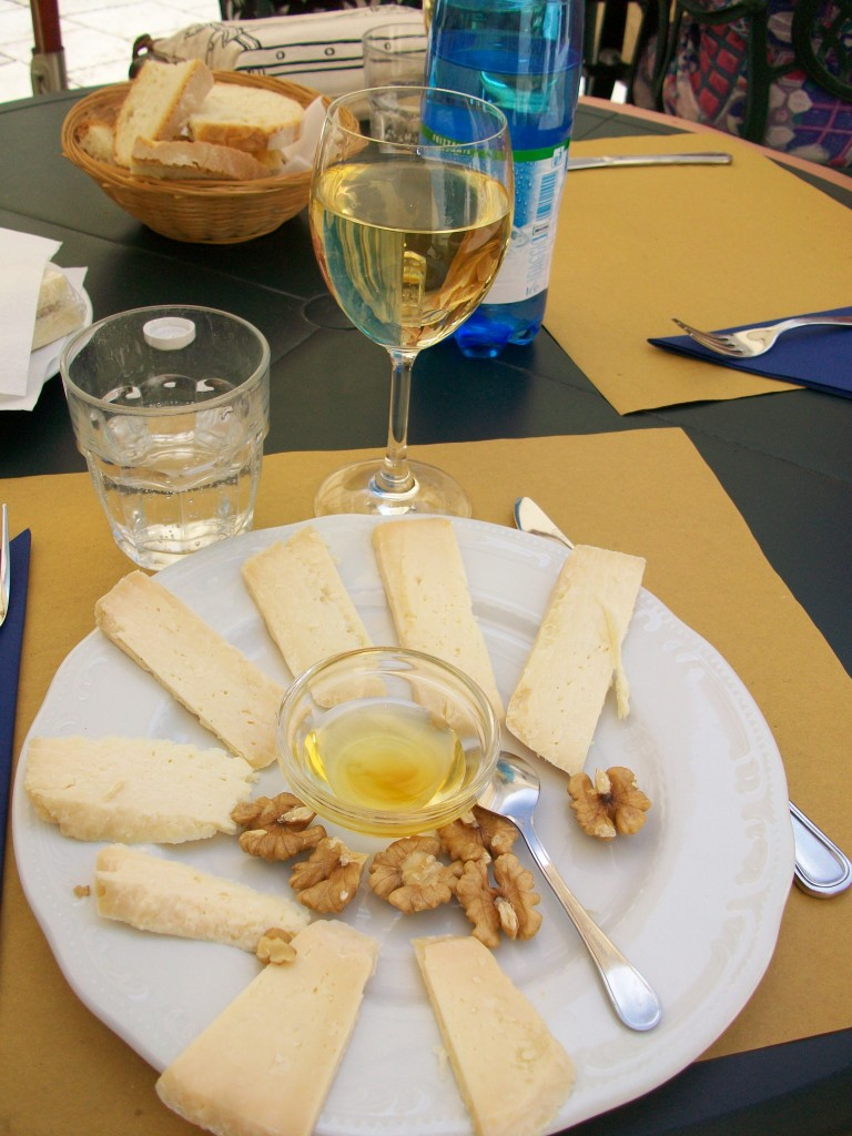 A delicious appetizer accompanied by a good wine, the perfect mix