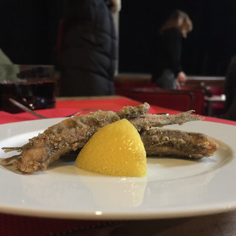 Fried anchovies with a slice of lemon